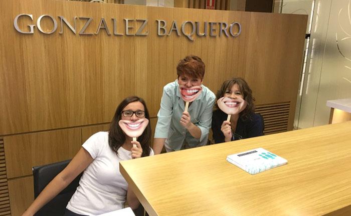 El Día Internacional de la Sonrisa en la clínica González Baquero