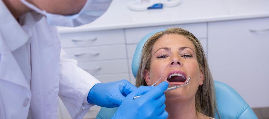 ¿Por qué aparecen manchas blancas en los dientes?